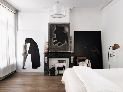 sovrum-tavelvagg-personlig-konst-glaslampa