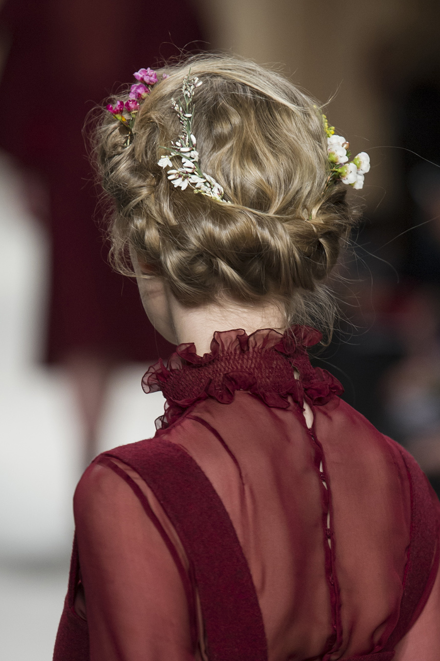 blommor i håret bröllop