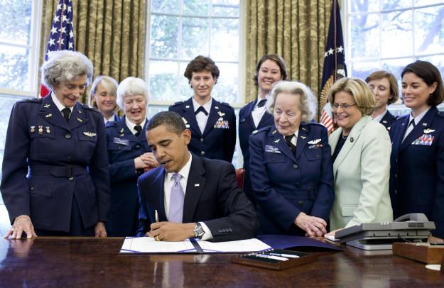 """Foto från 2009 när President Obama skriver under att tilldela WASPs (Women Airforce Service Pilots) från andra världskriget """"the Congressional Gold Medal"""" i Vita Huset. Foto: Pete Souza/Vita Huset"""