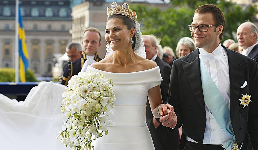 67ab1233c641 Victorias brudklänning designad av Pär Engsheden kan synas i sömmarna i  utställningen Kungliga brudklänningar 1976-2015 som pågår på Kungliga  slotten till ...