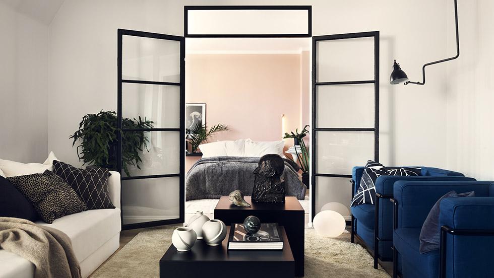 Magiskt hem med ljusrosa sovrum och helsvart kök