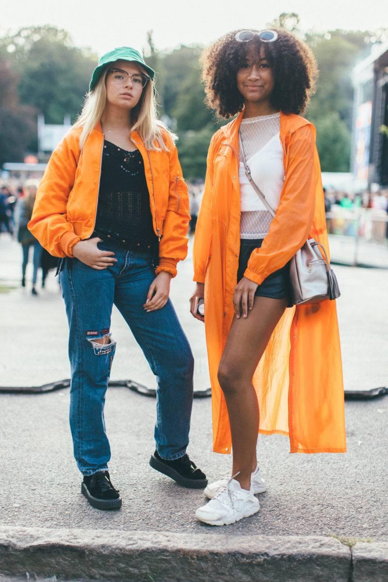 Tjejer i matchade orangea jackor.