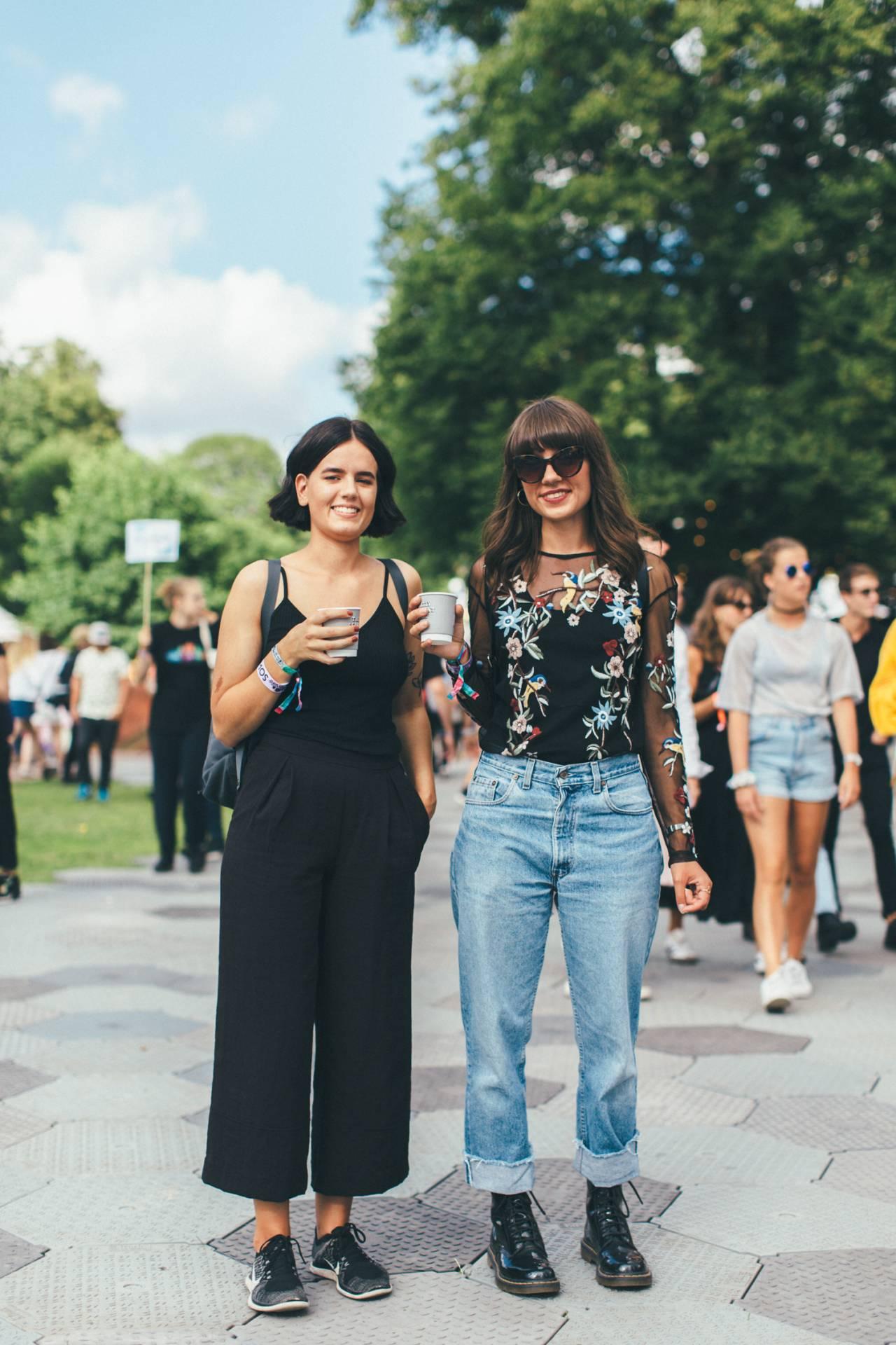 Gäster på Way Out West, kvinna i svart byxdress och kvinna i jeans med broderad topp.