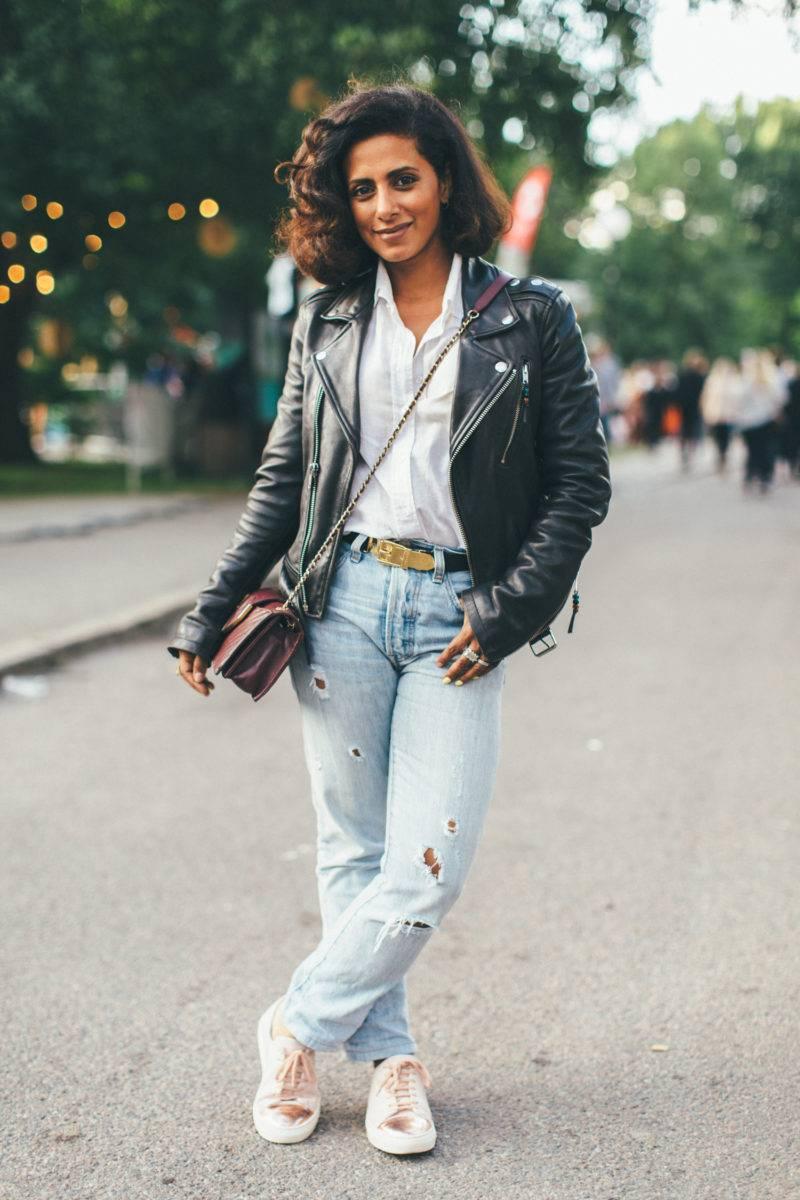 Anita Clemence i jeans och skinnjacka på Way out West