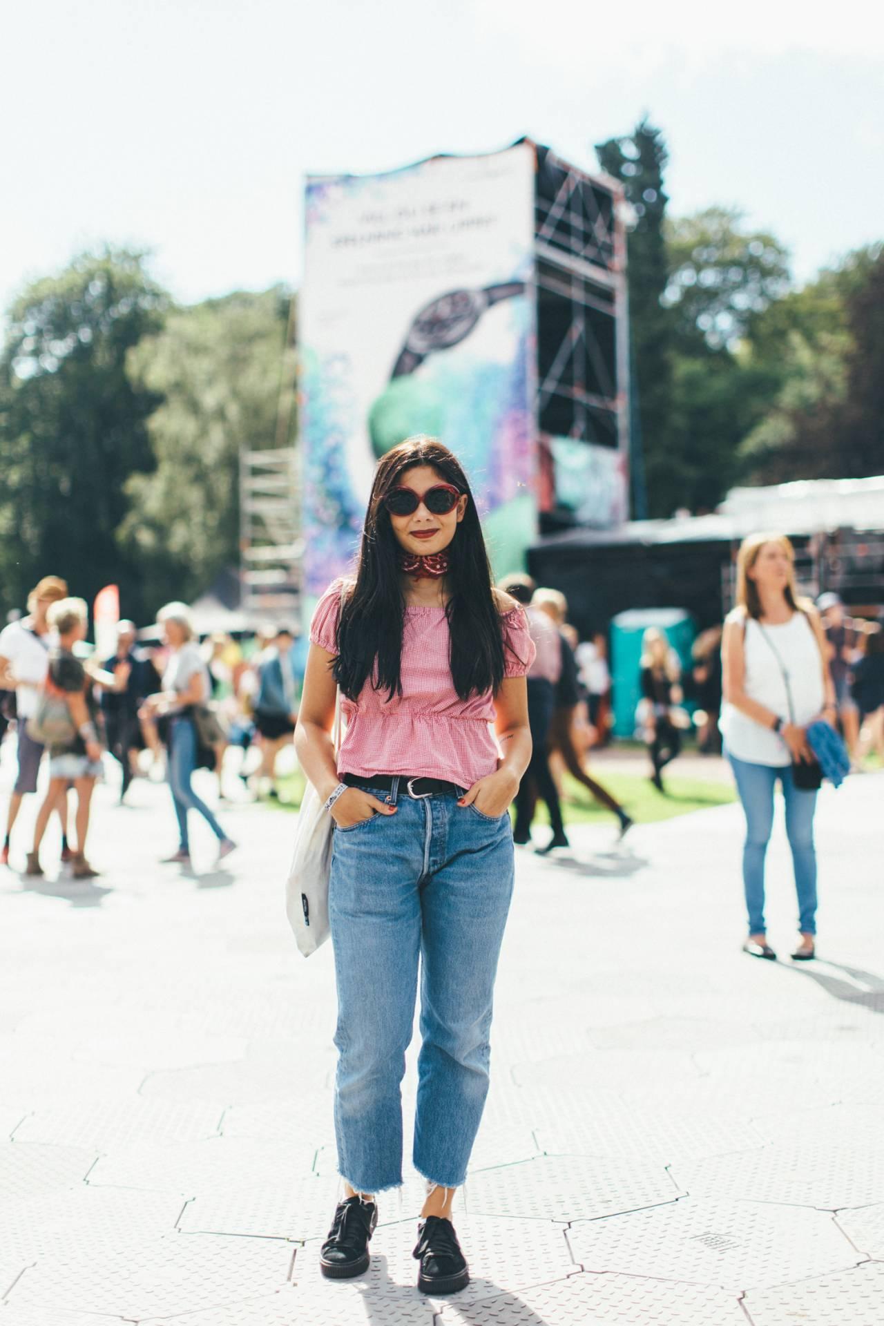 Gäst i rosa t-shirt och jeans.
