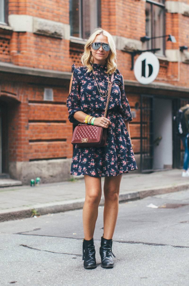 Dasha Girine i blommig klänning och vinröd väska från Chanel.