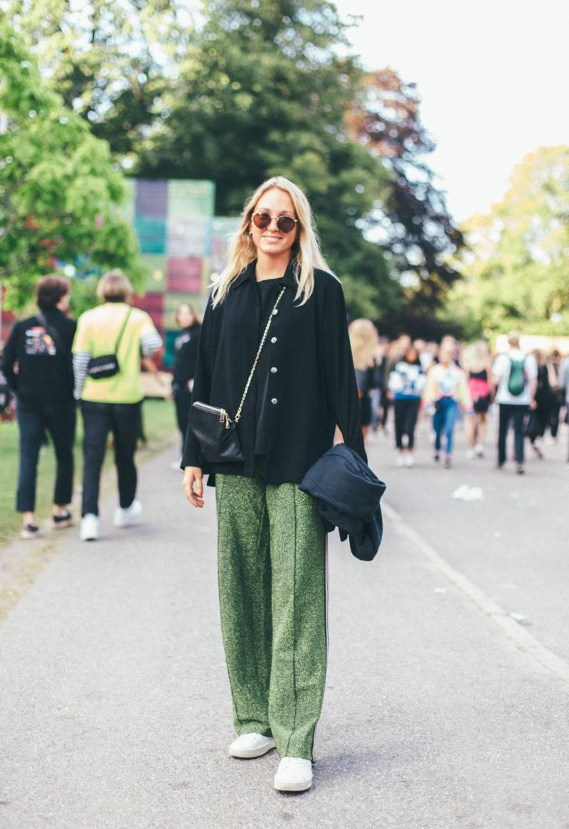 Gäst i gröna byxor och solglasögon.