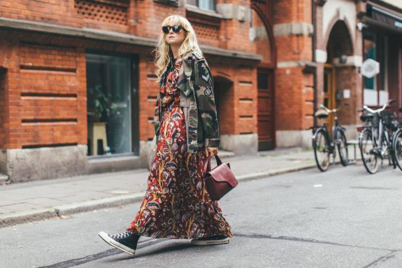 Fanny Ekstrand i mönstrad klänning och militärjacka.