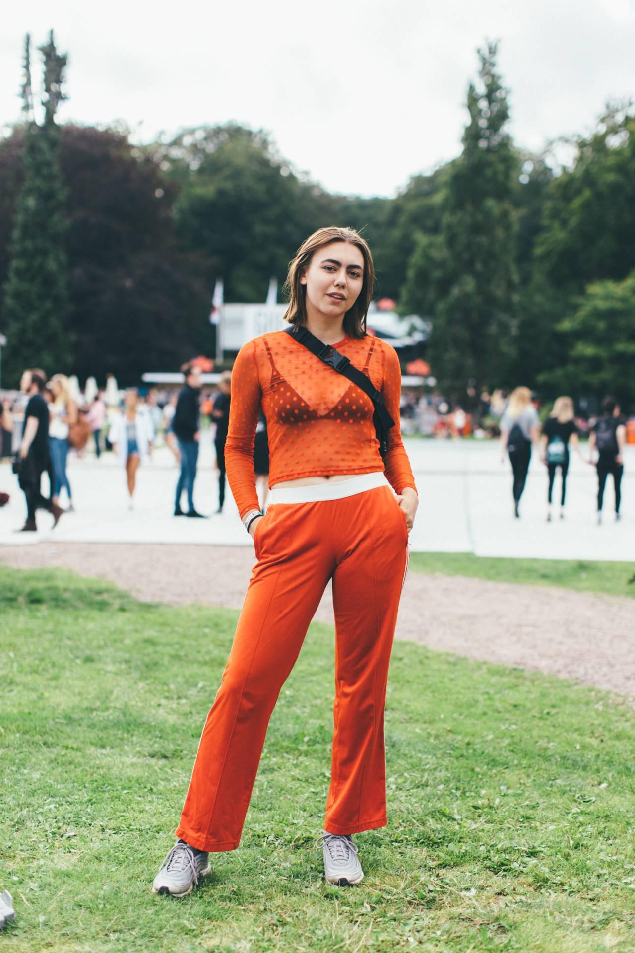 Tjej i orange outfit.