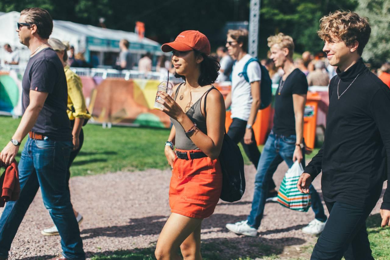 Folkmassa på festival.