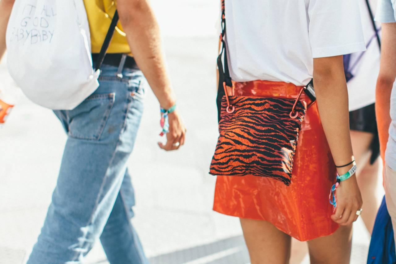 Detaljer på festivalstil, zebraprint och ryggsäck.