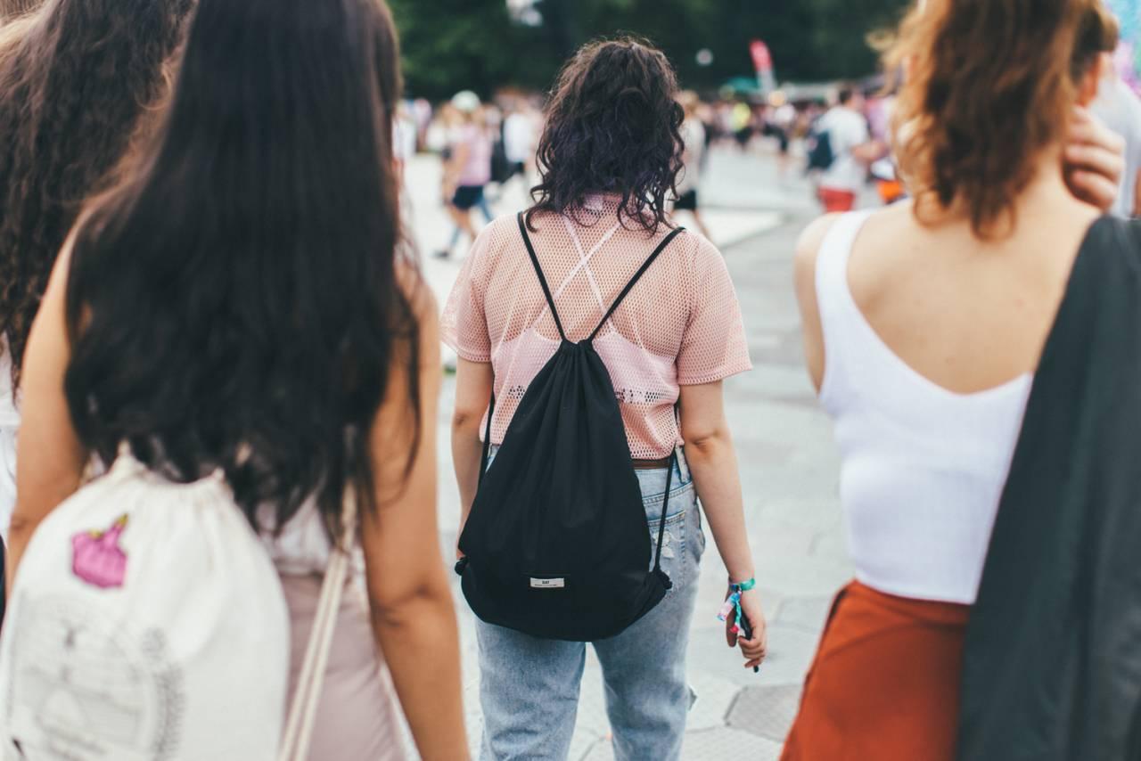 Gäster på festival med ryggsäckar.