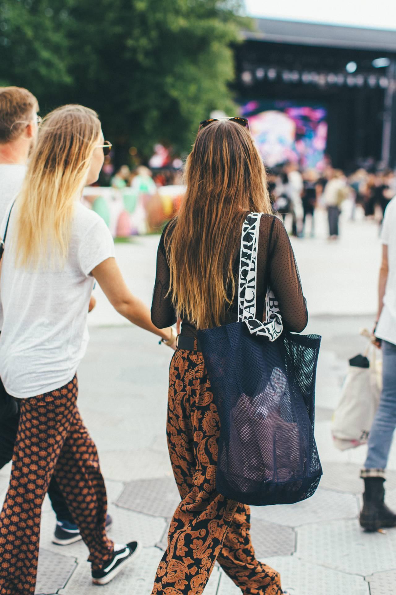 Festivalgäster med mönstrade byxor.