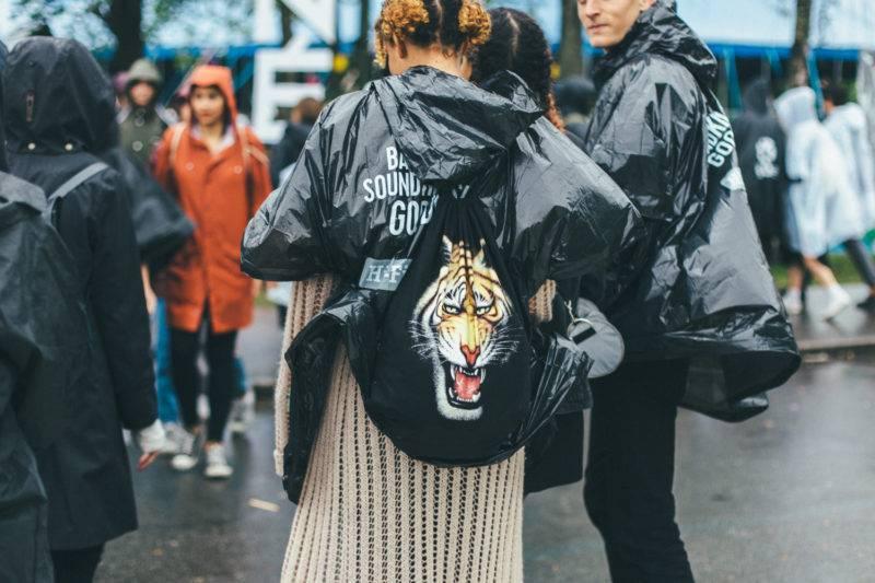 Gäst med ryggsäck med tigerprint.