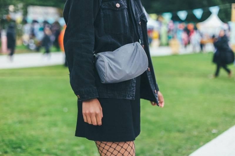 Leyla Arale, detaljer på magväska och nätstrumpbyxor.