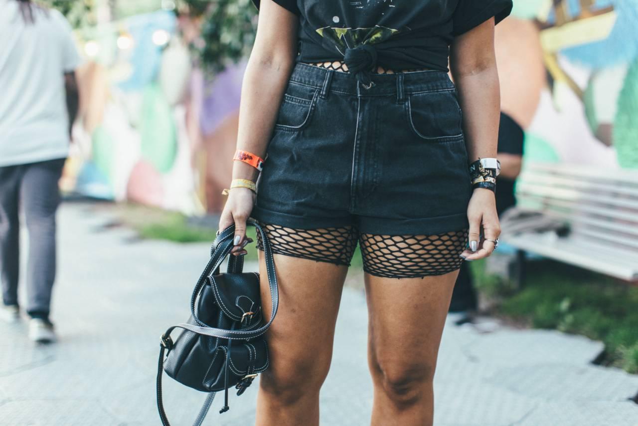 Detaljer på festivaloutfit, jeansshorts med nätstrumpa.