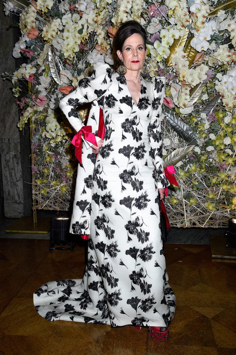 """06b632108f65 Sara Danius i vit klänning med svarta blommor från Per Engsheden. """""""