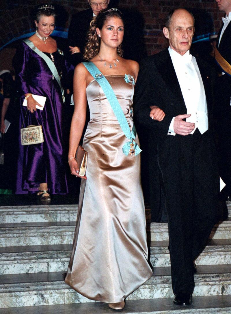 04bf72218810 Prinsessan Madeleine gjorde Nobeldebut år 2000 då hon bar en guldig  sidenklänning utan axelband.