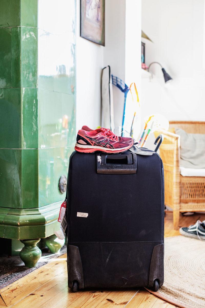 Resväskan står redo för avfärd mot Bangladesh.