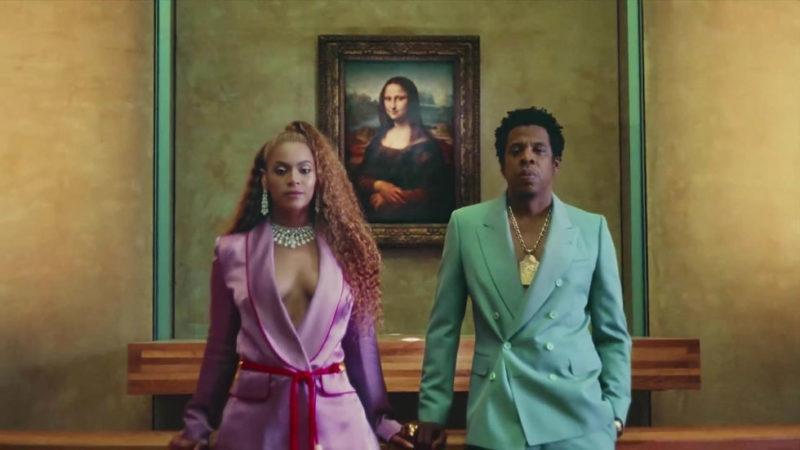 Beyoncé i rosa kostym och choker. Givna vibbar från 1980-talet och HUR snyggt som helst.