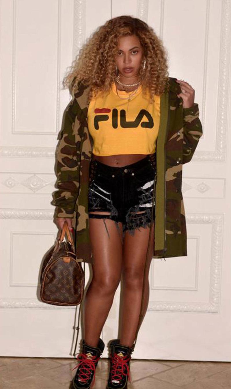 Bey i Fila-tröja, armyjacka och liten väska från Louis Vuitton.