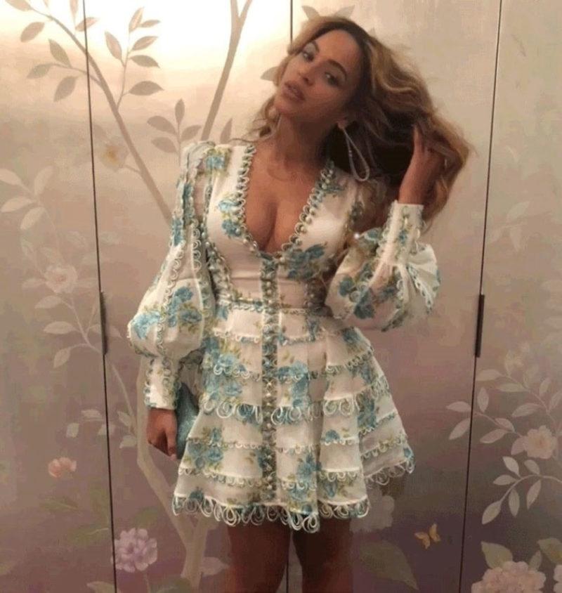 Bey i romantisk klänning och utslaget hår.
