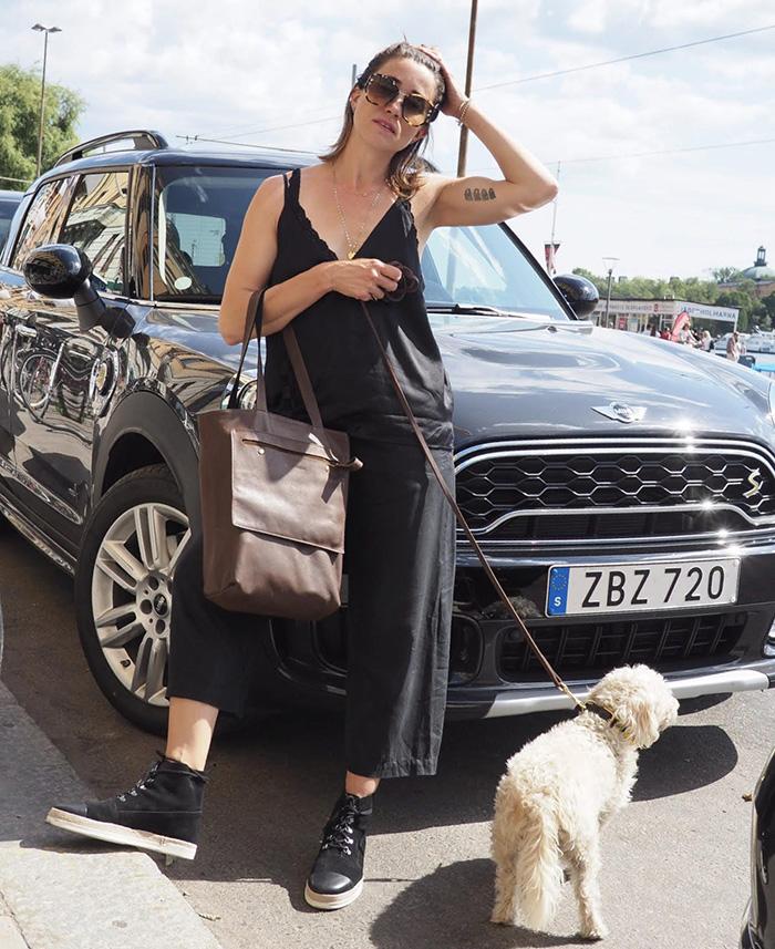 Cecilia Blankens med hunden Goldie
