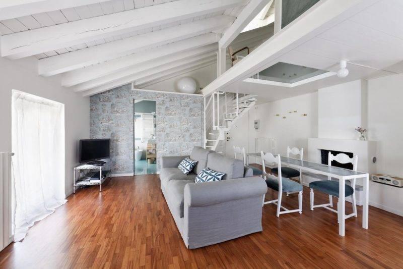 Vardagsrum och pentry i moderns standard på Brera apartments i Milano
