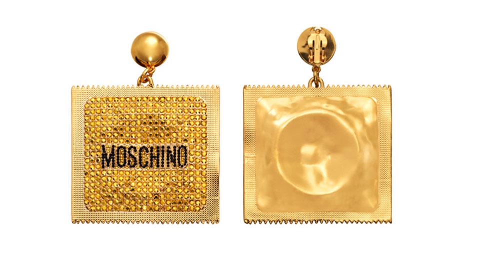 Guldiga örhängen formade som kondomförpackningar H&M x Moschino