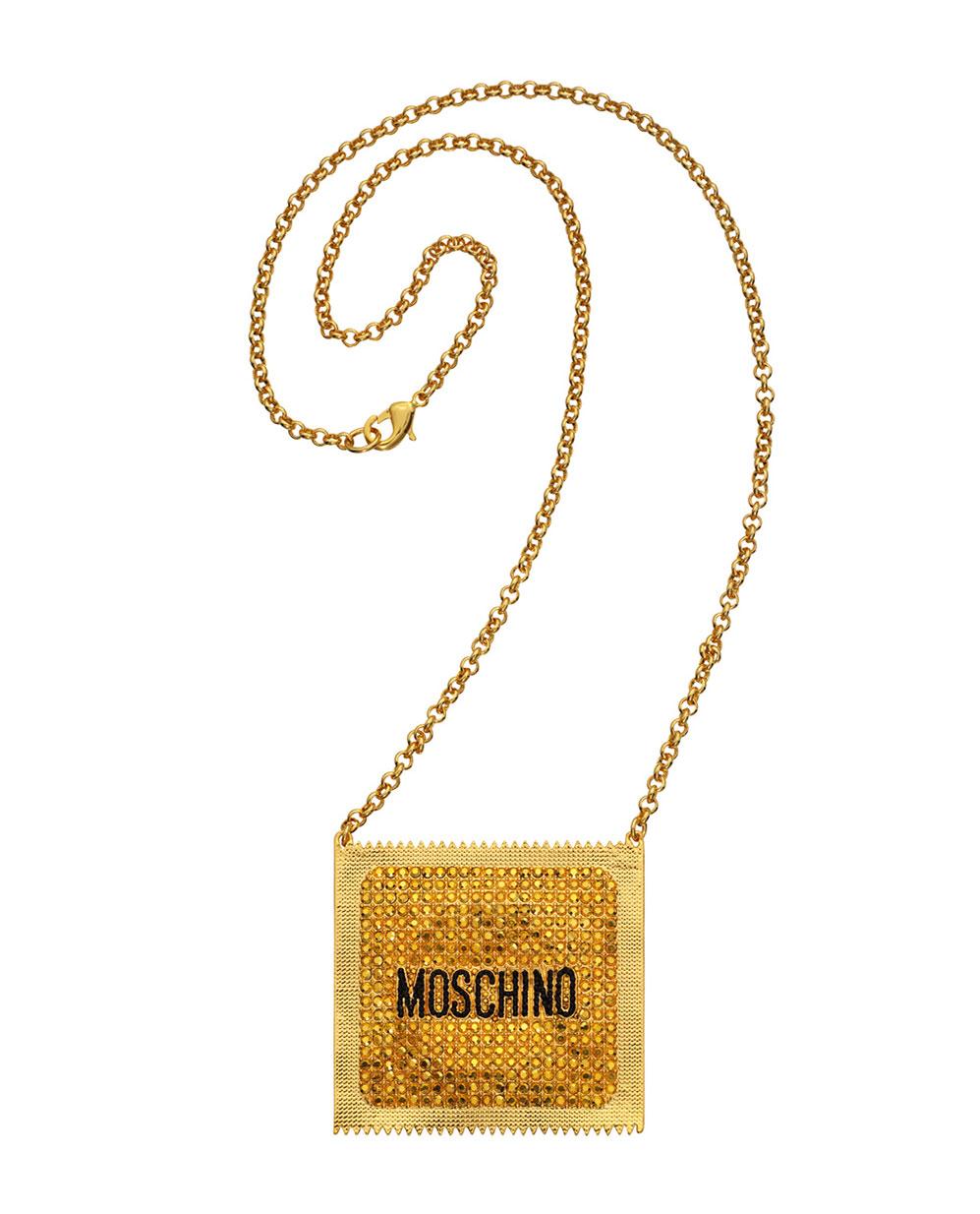 Halsband i guld med kondomförpackning som berlock H&M x Moschino