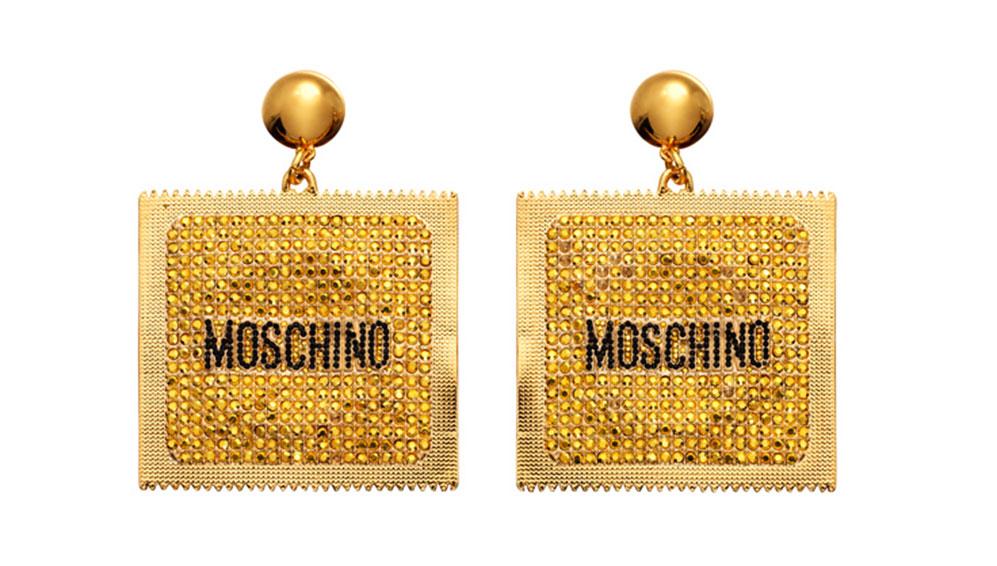 Örhängen i guld formade som kondomförpackningar från H&M x Moschino 2018