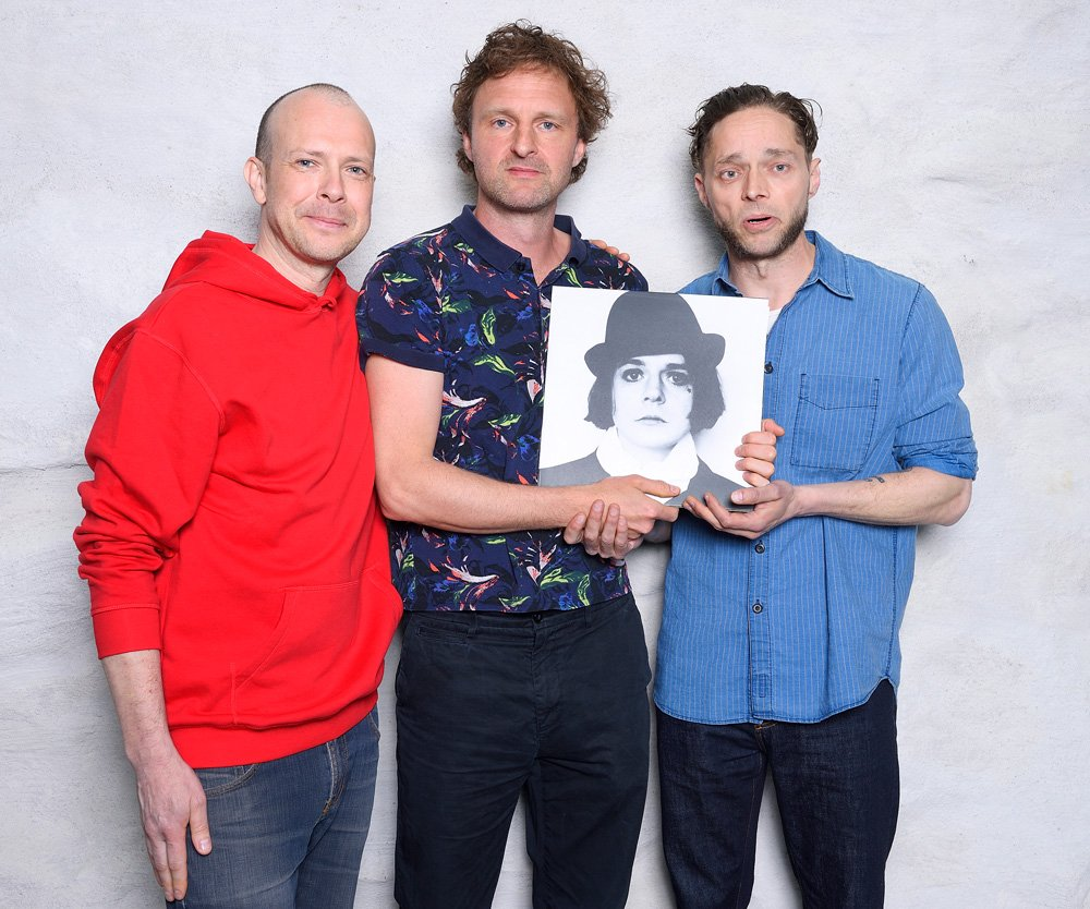 Delar av Broder Daniel, Johan Neckvall, Daniel Gilbert och Theodor Jensen håller i en bild av Henrik Berggren.