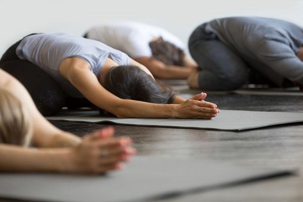 I yinyoga hålls positionerna i minst 3–5 minuter, ofta längre än så.
