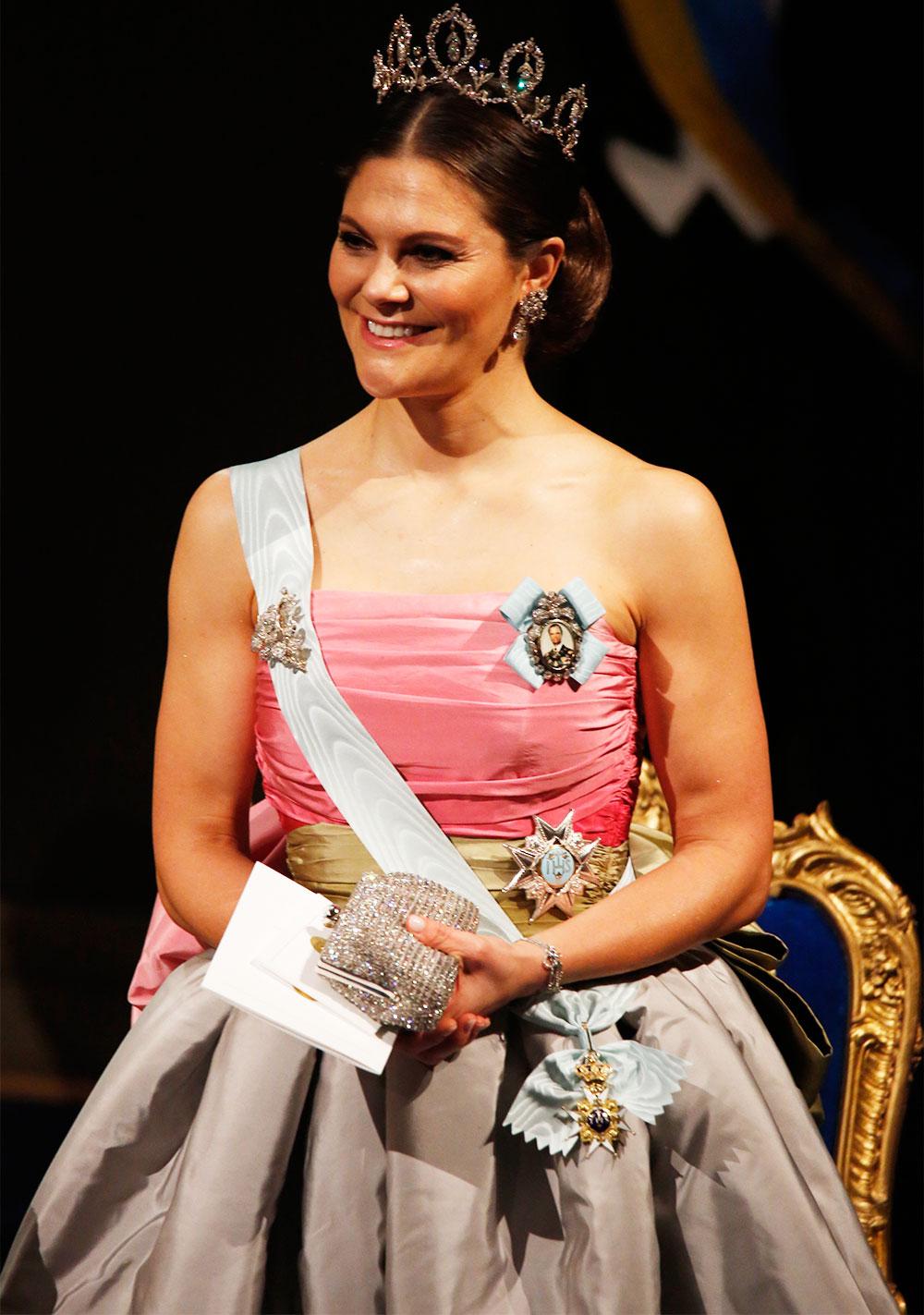"""8f1f5e7dfd4f ... Drottning Silvia, bar på Nobel 1995. Kronprinsessan Victoria på  Nobelfesten 2018. """""""