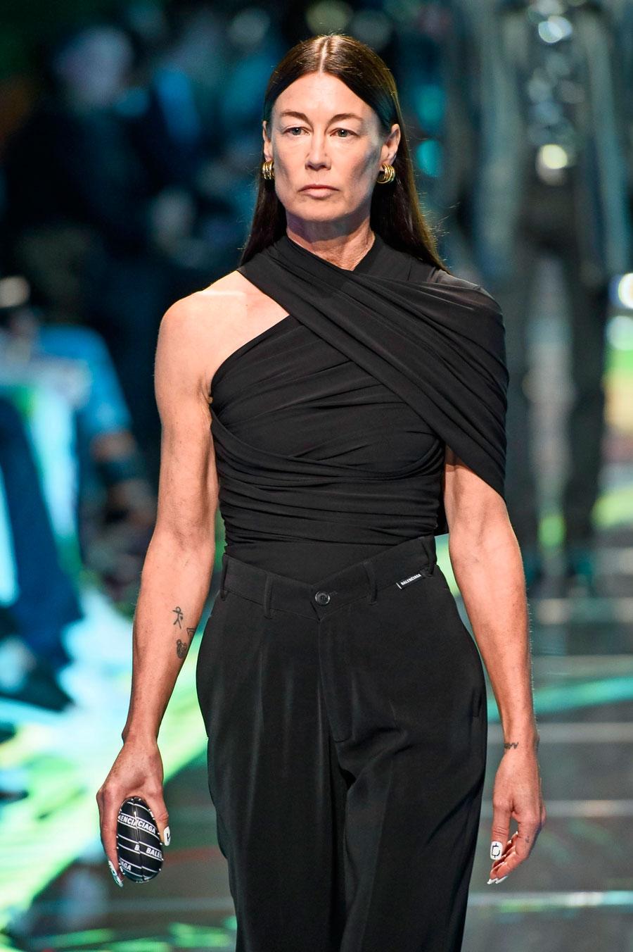 a025c2ae3c8f Ursula Wångander på catwalken då Balenciaga visade sin vår- och  sommarkollektion för 2019. Så härligt att vi kvinnor över 40 får ta den  platsen!