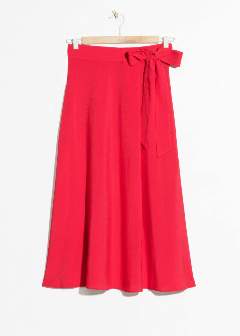 ab447367da1d Röd kjol i medellång modell med knytband i midjan. Här kan du köpa den  (reklamlänk via Adtraction) .