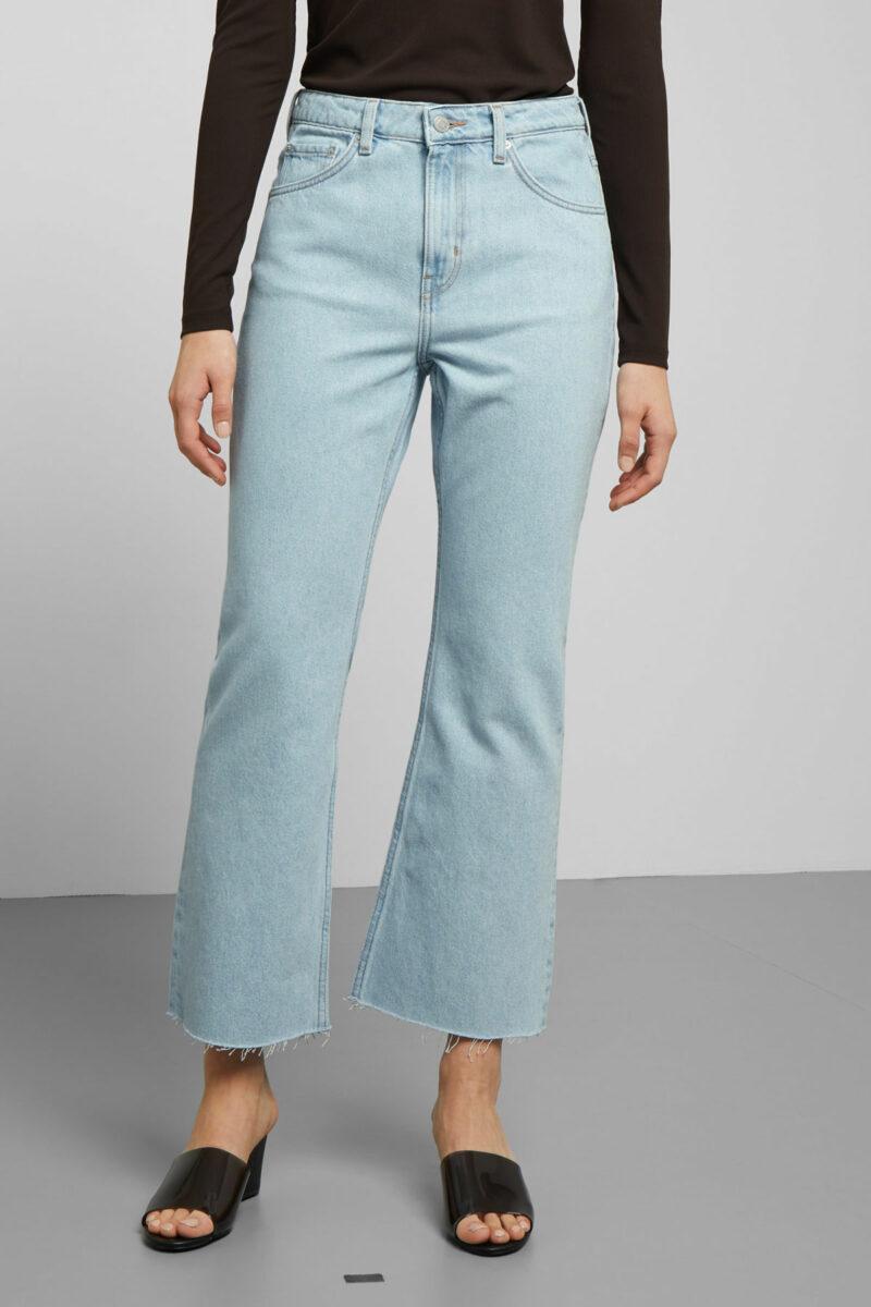Jeans i ljus tvätt och avklippta byxben från Weekday. b9926c61a8b47