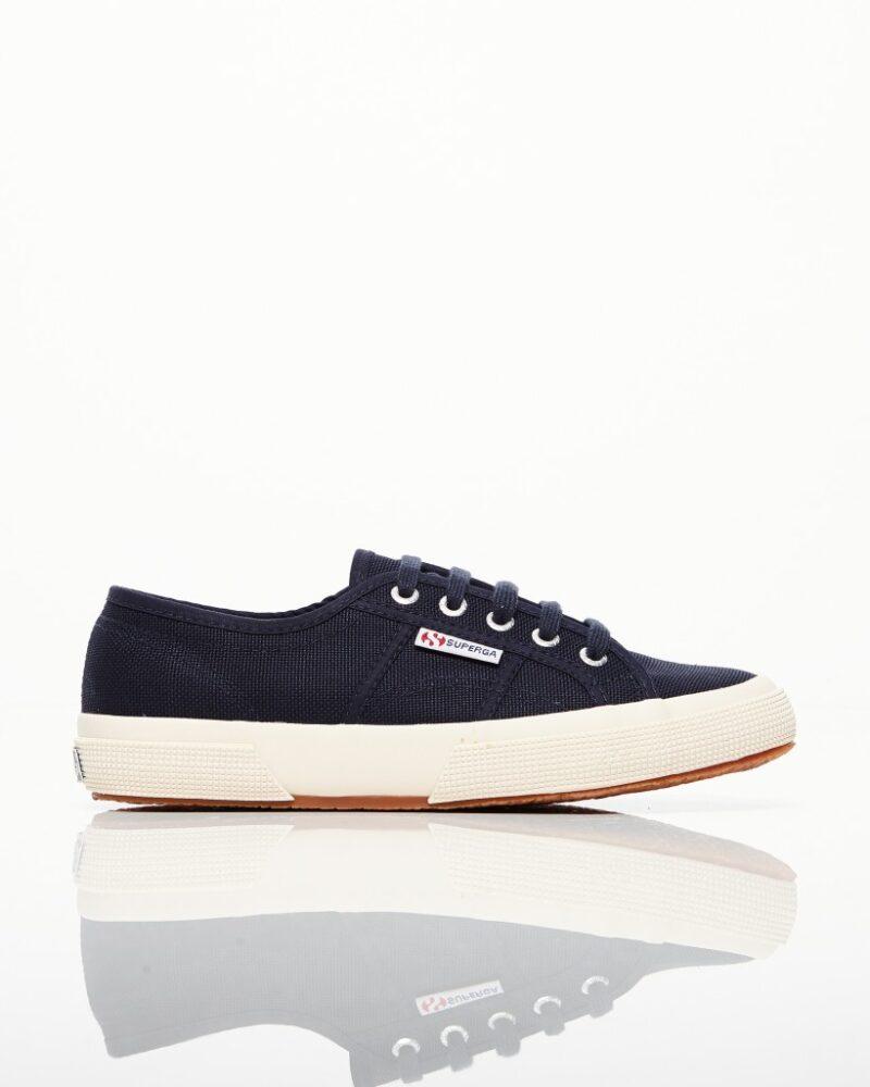 ba5846adac2 Bekväma låga sneakers i en fin mörkblå nyans från Superga. Här kan du  shoppa skorna