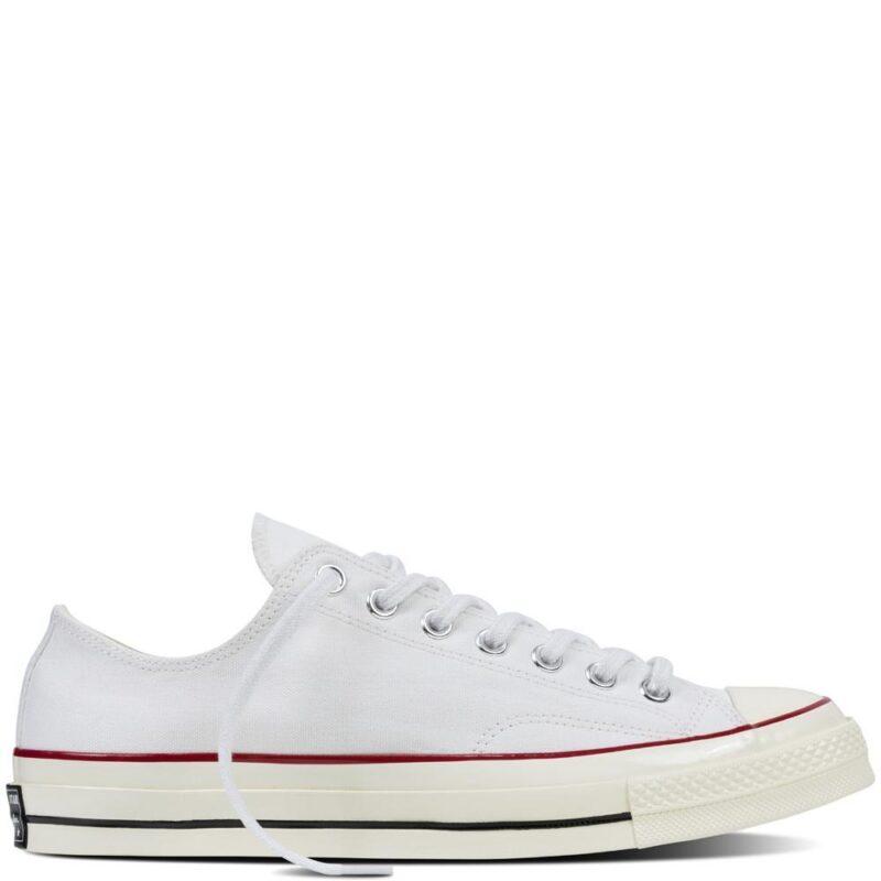 6e1fcb741b2 Klassiska sneakers från Converse som fungerar lika bra varje år. Här kan du  shoppa skorna