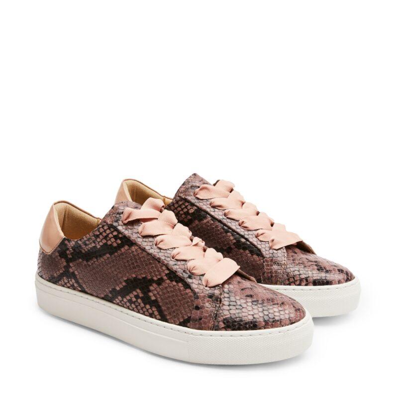 f0cd8d24eac Låga sneakers med ormskinns-mönster i en fin rosa nyans från Rizzo. Här kan