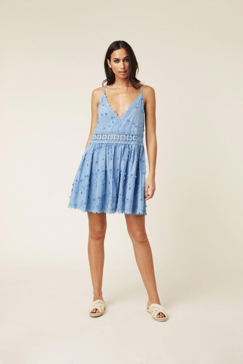 aa6cb94e6dff Vacker blå klänning med spets och broderier från By Malina. Här kan du  shoppa klänningen