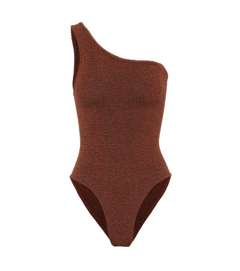 Brun baddräkt i ribbat material och en modell med one-shoulder från Hunza G. Shoppa baddräkten här!