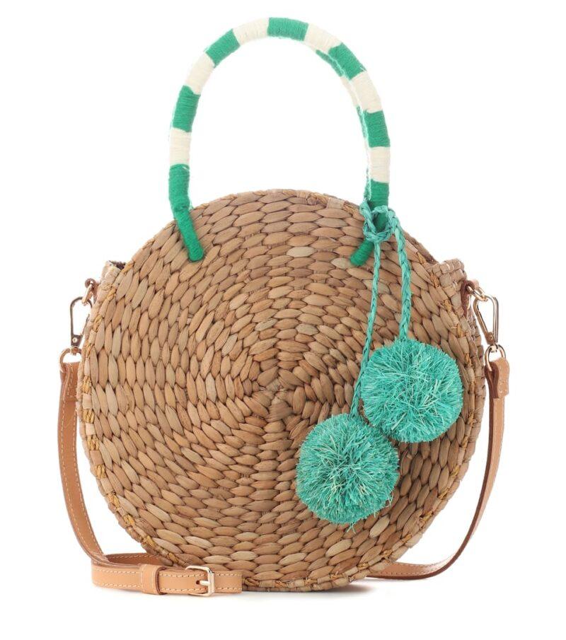 Rund stråväska med handtag och pompom-bollar i turkos.
