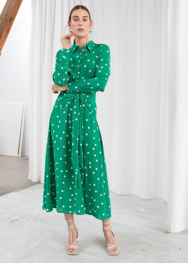 6c672df7c18d Grön ankellång klänning med vita prickar och knytdetalj från & Other  Stories. Här kan du