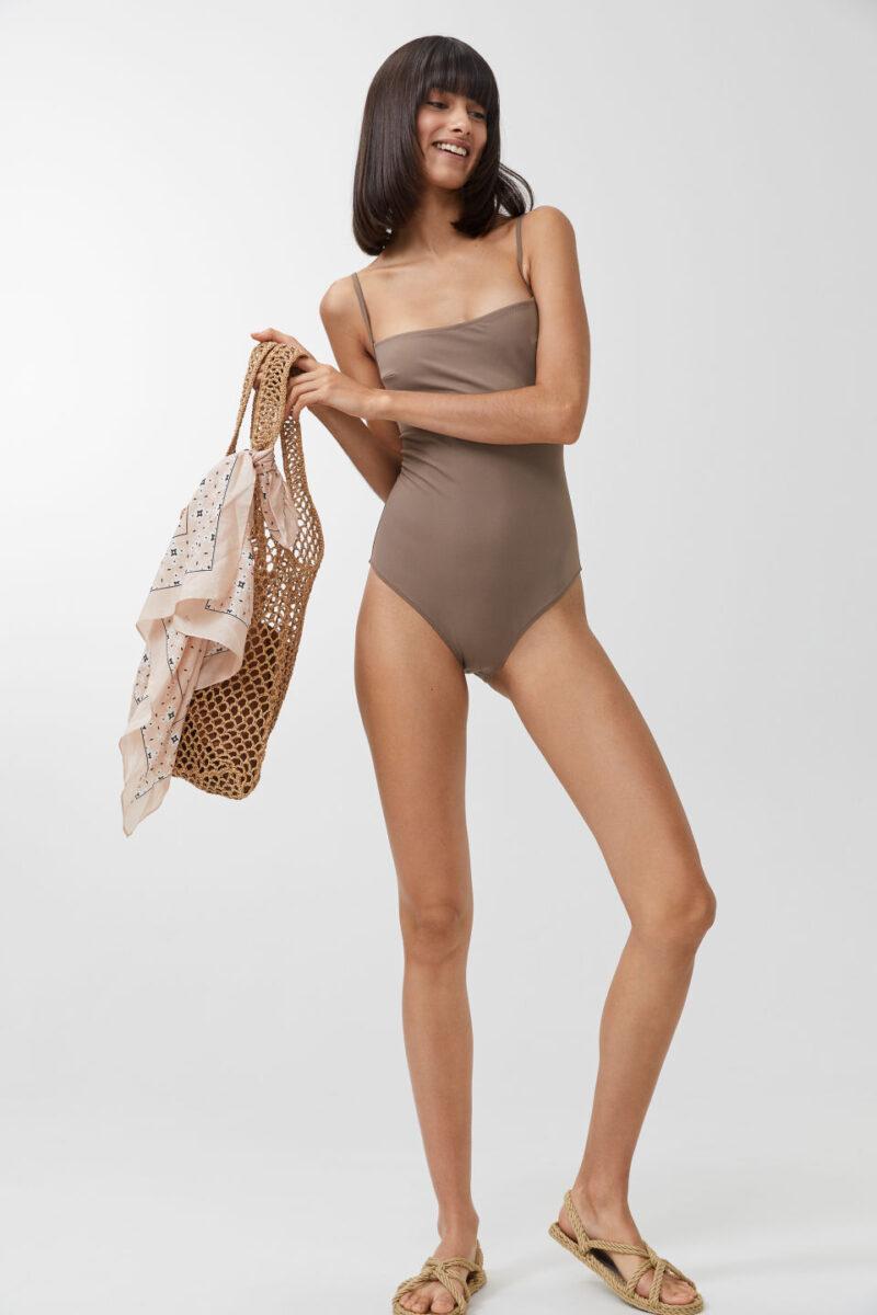 Grå/beige baddräkt från Arket, tillverkad i det helt återvunna nylonet ECONYL®. Här kan du shoppa baddräkten!