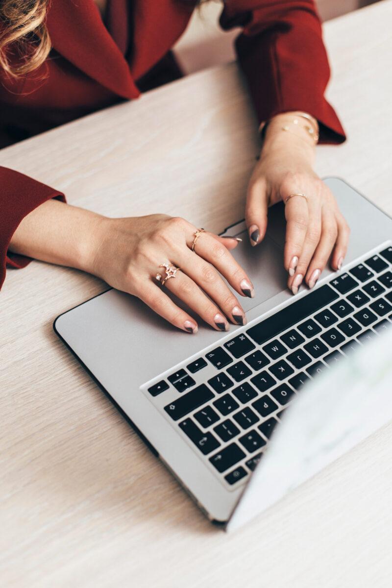 Skriver på tangentbord på Macbook
