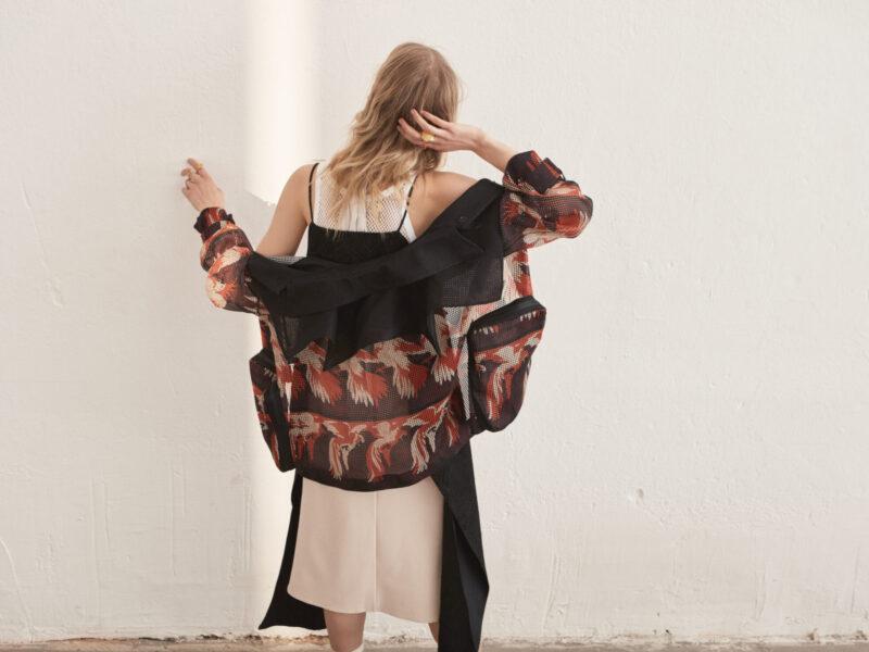 Mönstrad jacka från Fendi tillsammans med en beige klänning från Victoria Chan