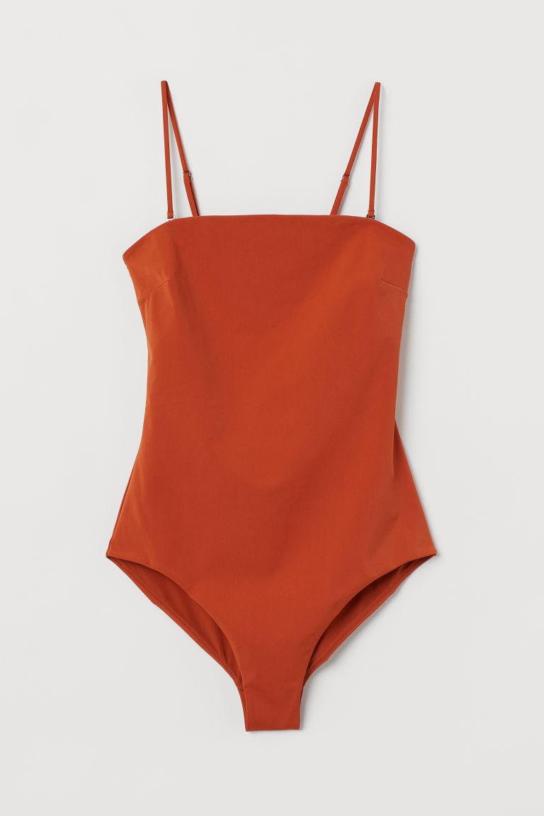 Helfodrad baddräkt med rak skurning och en fin nyans av terracotta från H&M. Här kan du shoppa baddräkten!