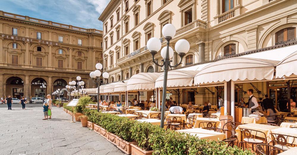 Ta en morgonkaffe på Piazza della Repubblica i Florens.