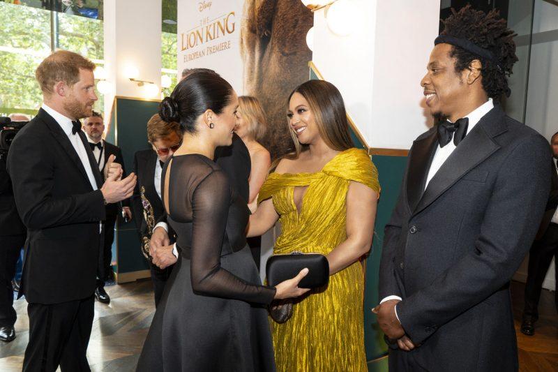 En bild på hertiginnan Meghan Markle, prins harry, Beyoncé och Jay-Z, som möttes under premiären av Lejonkungen.
